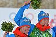 Слева направо: Максим Вылегжанин (Россия), Никита Крюков (Россия), завоевавшие серебряные медали в командном спринте на соревнованиях по лыжным гонкам среди мужчин на XXII зимних Олимпийских играх в Сочи, во время цветочной церемонии.