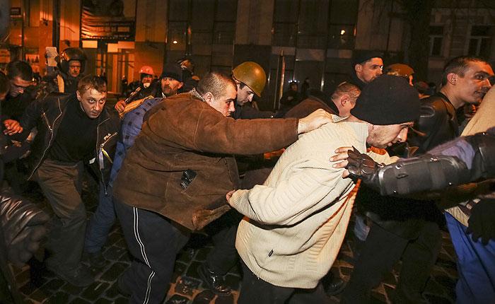 Протестующие освободили захваченных в плен  срочников