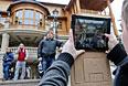 """Люди фотографируются на фоне резиденции """"Межигорье""""."""
