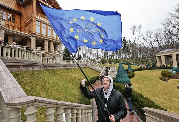 """Сторонники оппозиции гуляют по территории резиденции  """"Межигорье""""."""