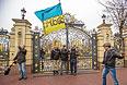 """Сторонники оппозиции у ворот оставленной резиденции президента Украины Виктора Януковича """"Межигорье"""" под Киевом."""