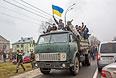 """Сторонники оппозиции едут на грузовике по направлению к резиденции президента Украины Виктора Януковича """"Межигорье"""" под Киевом."""