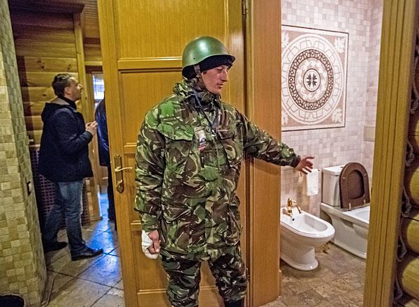 """Сторонники оппозиции во внутренних помещениях оставленной резиденции президента Украины Виктора Януковича """"Межигорье"""" под Киевом."""