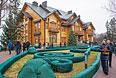 """Люди гуляют по территории оставленной резиденции президента Украины Виктора Януковича """"Межигорье"""" под Киевом."""
