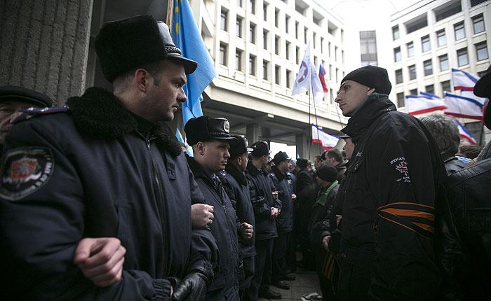 Над захваченными парламентом и правительством Крыма подняты российские флаги