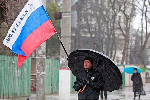 Участник пророссийского митинга.