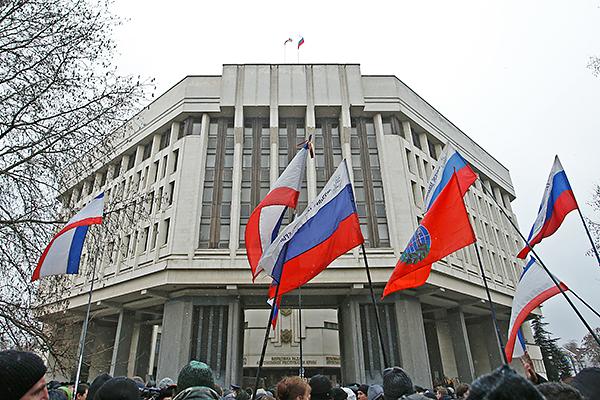 Пророссийский митинг у здания Верховной рады Крыма в Симферополе.
