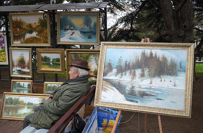 Мужчина продает картины на одной из улиц в Севастополе.