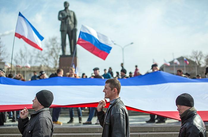 Участники митинга в поддержку референдума о статусе Крыма на площади перед зданием Совета министров в Симферополе.