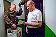Житель села Победное Джанкойского района Крыма во время голосования на дому на референдуме о статусе Крыма.