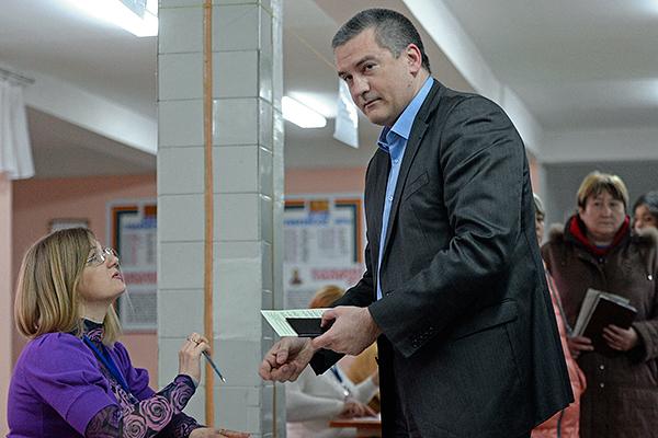 Премьер-министр Автономной Республики Крым Сергей Аксенов на одном из избирательных участков во время голосования на референдуме о статусе Крыма.