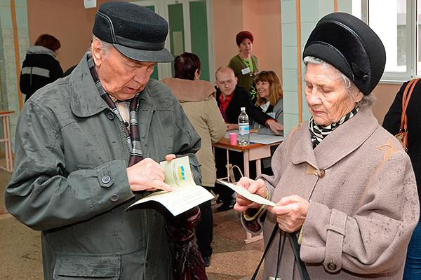 Жители Симферополя на одном из избирательных участков во время голосования на референдуме о статусе Крыма.