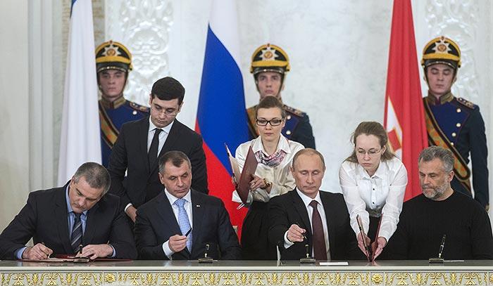 В Москве состоялось подписание договора между Россией и Крымом о принятии Крыма в состав РФ.
