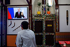 Суд приостановил трансляцию российских телеканалов на Украине