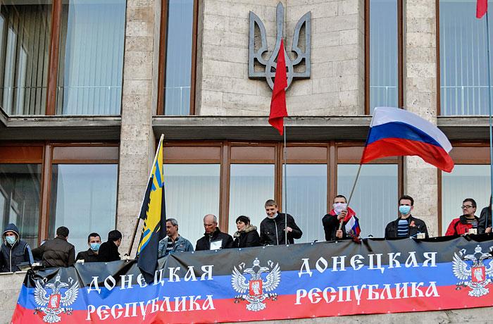 Протестующие у здания областной администрации в Донецке
