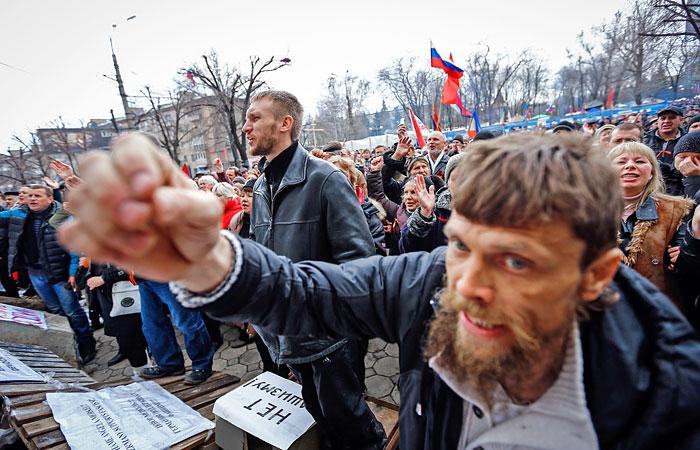 Митингующие возле здания СБУ в Луганске.