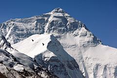 Под лавиной на Эвересте погибли 13 проводников