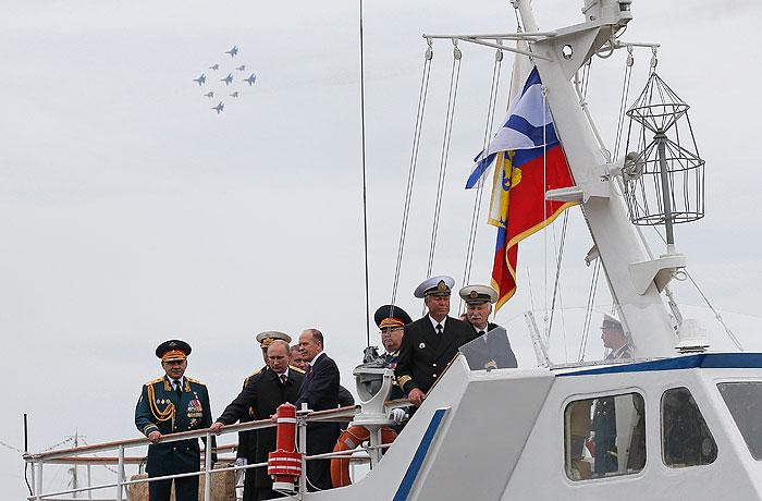 Путин принял участие в морском параде в Севастополе
