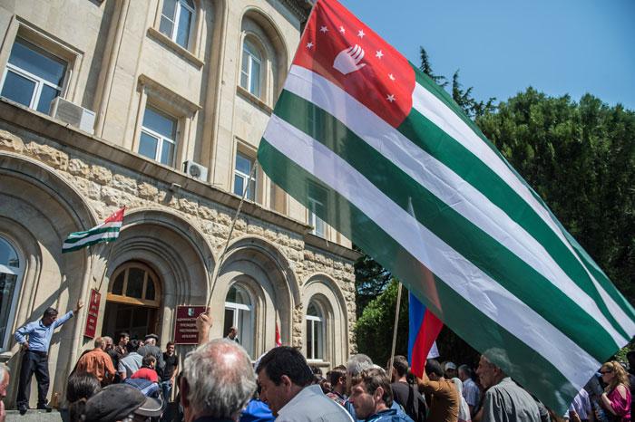 Парламент Абхазии предложил президенту досрочно сложить полномочия
