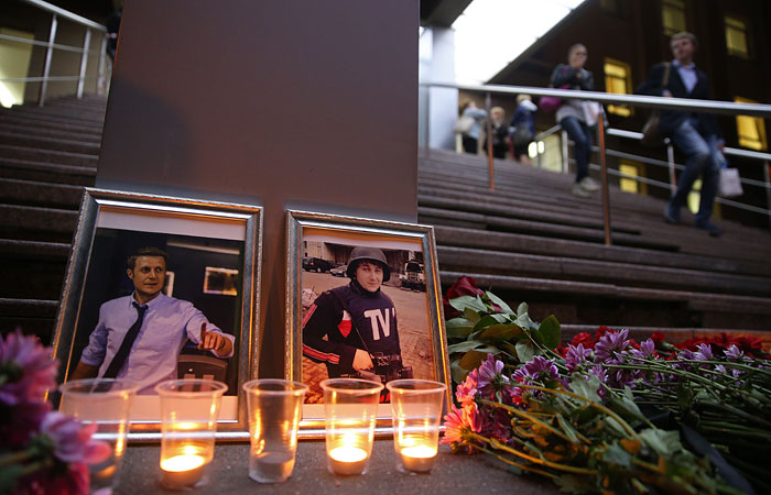 Цветы и свечи у здания вгтрк в память о