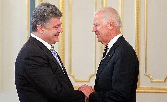 Байден пообещал Порошенко ужесточить санкции против России