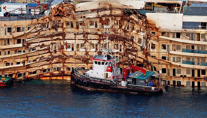"""Затонувший лайнер """"Коста Конкордиа"""" начали поднимать со дна"""