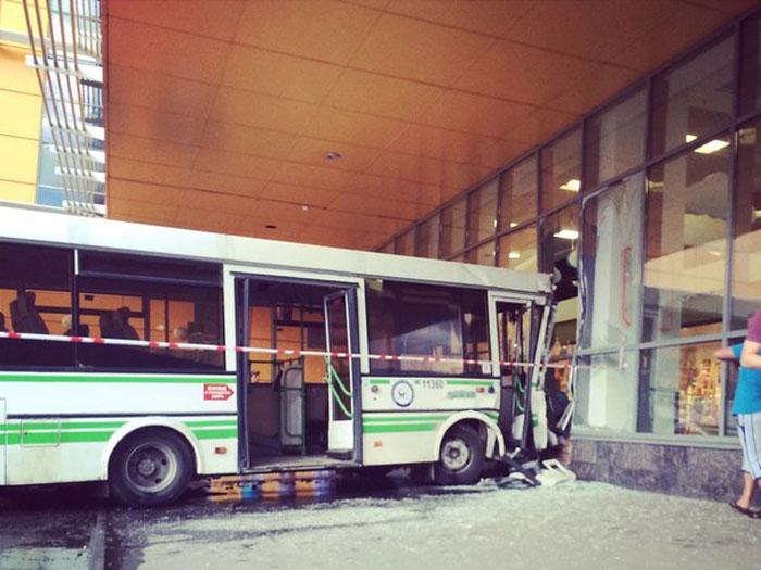В Москве автобус въехал в витрину торгового центра