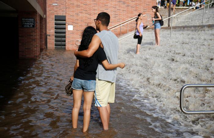 Вода из прорвавшегося водопровода затопила университет в Лос-Анджелесе