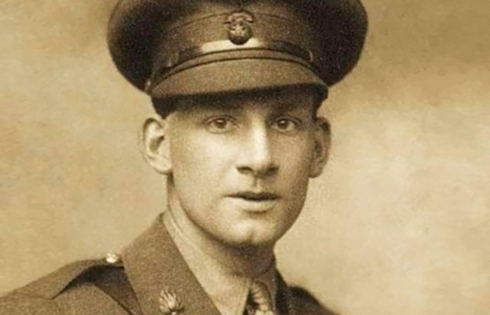 siegfried sassoon essays Dreamersby siegfried sassoon soldiers are citizens of death's grey land, drawing no dividend from time's to-morrows in the gre.