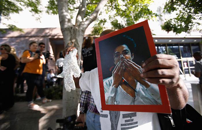 Майкла Джексона снова обвинили в растлении несовершеннолетнего