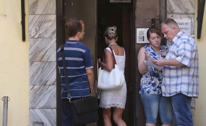 """У входа в офис туристической фирмы группы компаний """"Интаэр"""" 5 августа 2014 г."""