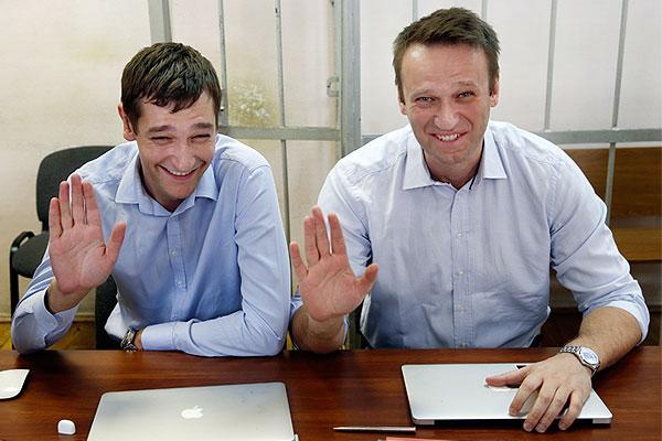 Братья Навальные приветствуют фотографа в зале Замоскворецкого суда.