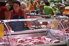 Россияне пожаловались на рост цен на молоко и мясо