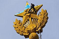 Украинский флаг над высоткой в Москве потянул на уголовное дело
