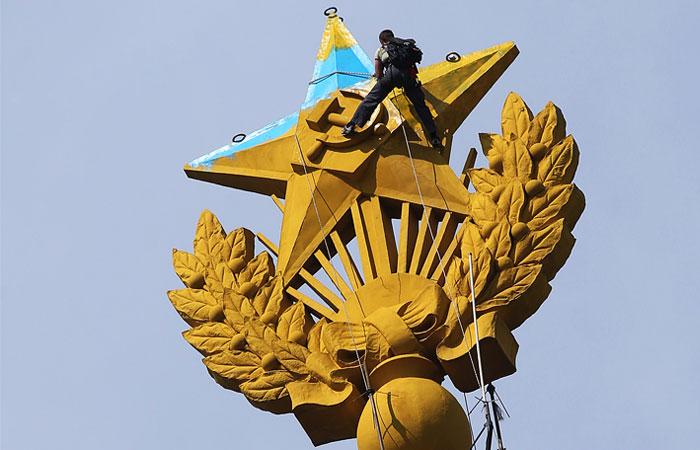 Суд заочно арестовал перекрасившего звезду на московской высотке руфера