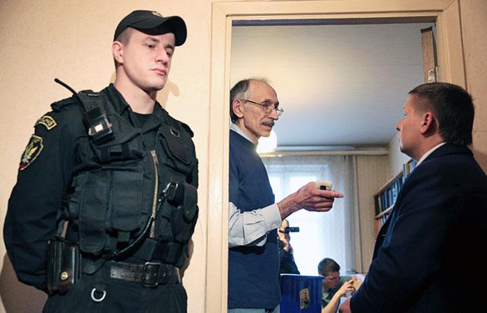 Приставы выселили двух экс-депутатов Госдумы из служебных квартир