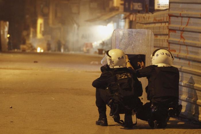 Турецкие полицейские во время беспорядков в Стамбуле