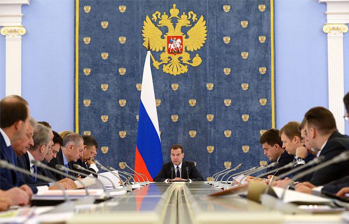 Медведев потребовал срочно скорректировать программу развития АПК из-за санкций