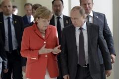 Путин и Меркель обсудили реализацию Минских договоренностей