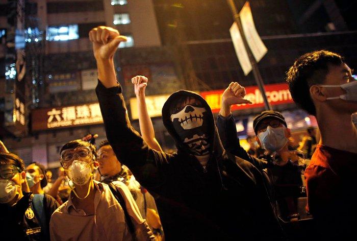 Демонстранты в Гонконге взяли под контроль часть оставленного накануне района