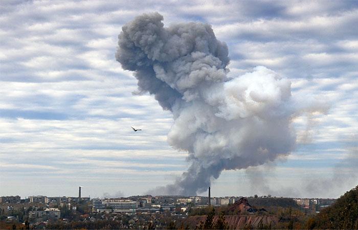Дым после взрыва в районе завода химических изделий в Донецке.