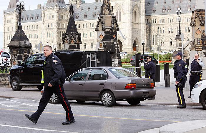 Открывший стрельбу у канадского парламента мужчина убит