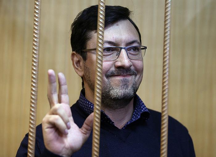 Экс-лидеру ДПНИ изменили домашний арест на обычный