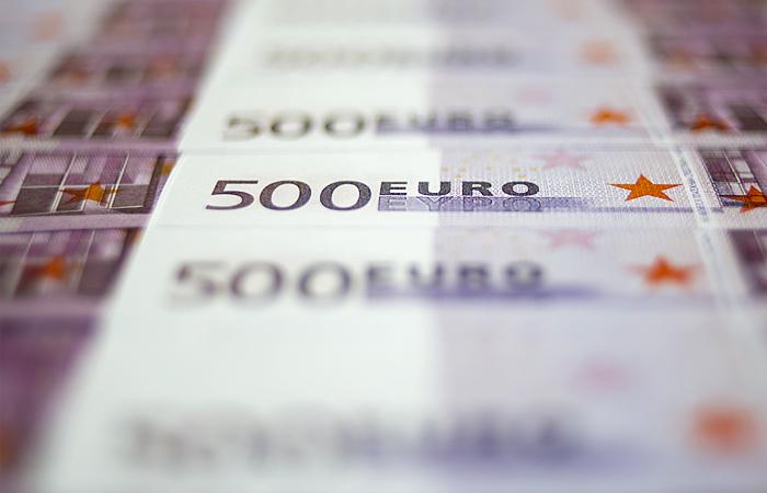 Евро впервые поднялся до 54 рублей