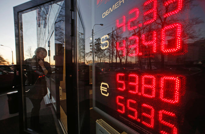 Доллар и евро рухнули примерно на рубль на фоне спекуляций