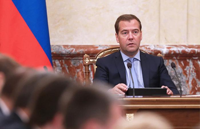 Медведев возложил вину за обвал рубля на спекулянтов