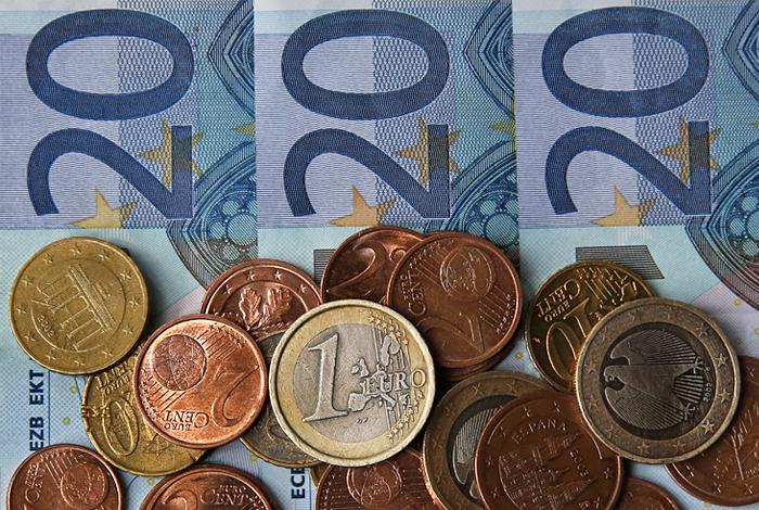 Евро упал ниже 58 рублей