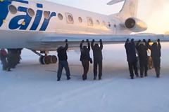 Пассажирам в сибирском аэропорту пришлось толкать примерзший Ту-134