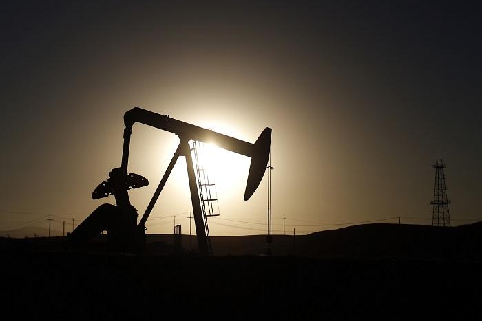 Цены на нефть Brent упали ниже отметки в $70 впервые за четыре года