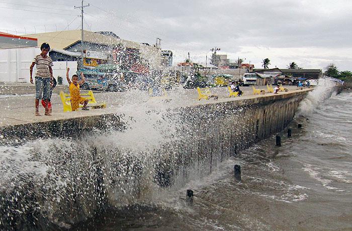 Мощный тайфун ударил по восточной части Филиппин